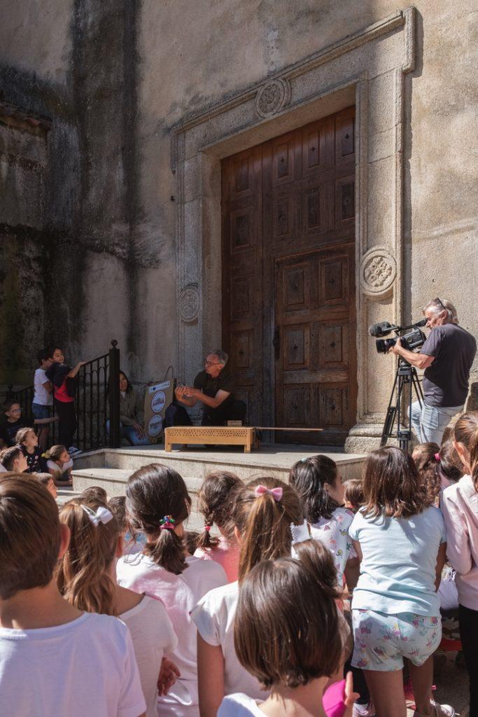 Momento de la grabación para un documental de las actividades de divulgación con un grupo de escolares