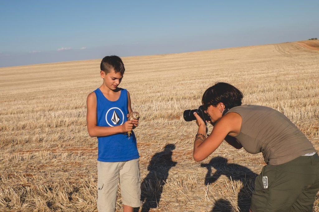 Participantes en la actividad de liberaciones de pollos de cernícalo primilla toman fotografías para recordar el momento