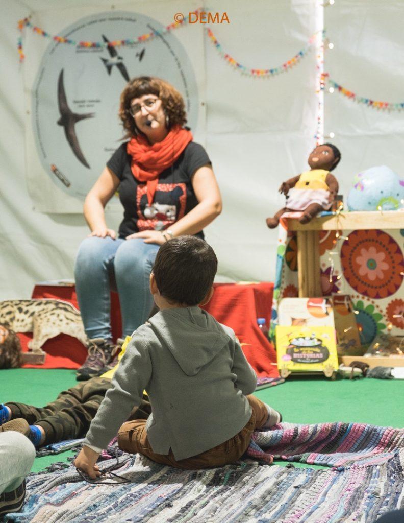 Grupos infantiles participando en actividad ambiental o cuenta cuentos